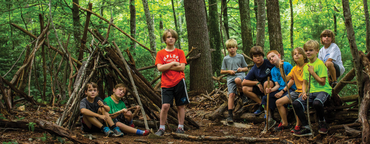 Boys-building-forts-in-the-woods