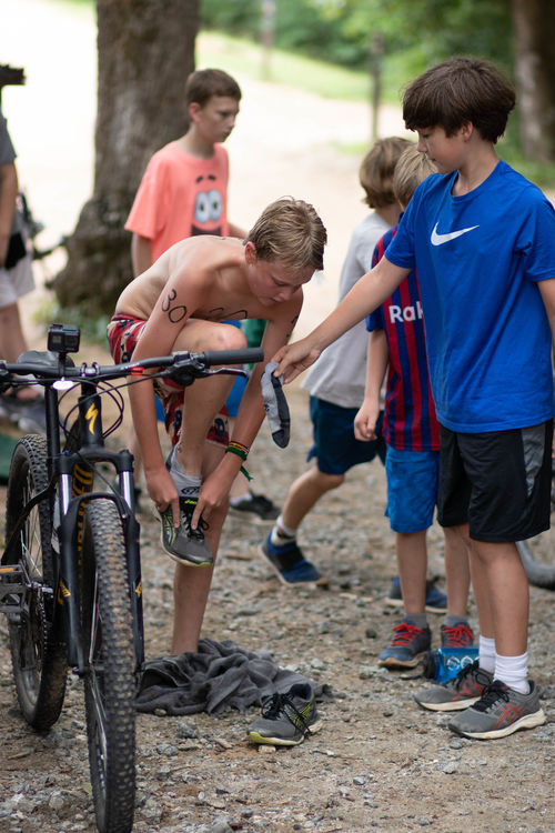 Servant's Heart means helping friends out during the race: supporting them, cheering, and even helping them put on socks